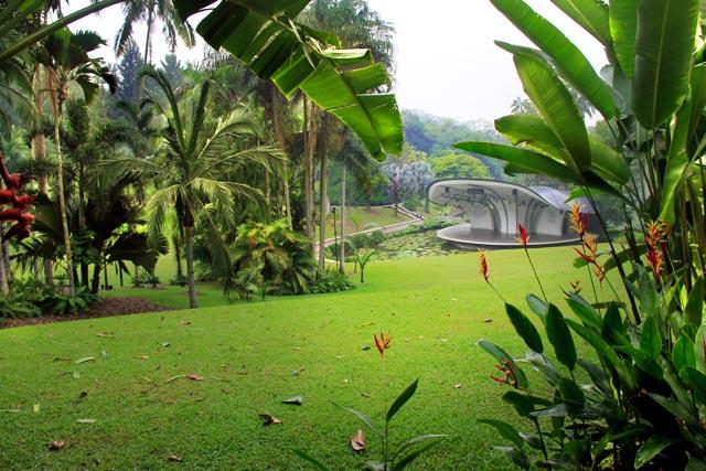 Botanic Gardens. Ao fundo, está o palco da Shaw Foundation Symphony