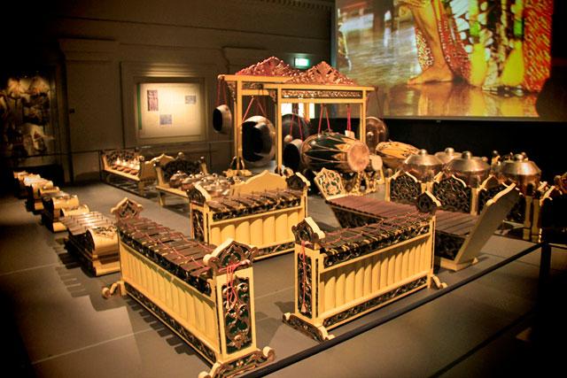 Instrumentos musicais expostos no Asian Civilisations Museum (Museu das Civilizações Asiáticas)
