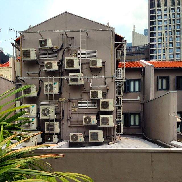 Edifício em Chinatown mostra o uso intenso de aparelhos de ar condicionado (via Instagram)