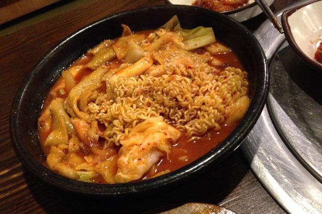 Macarrão de arroz com vegetais servido em Insa-Dong