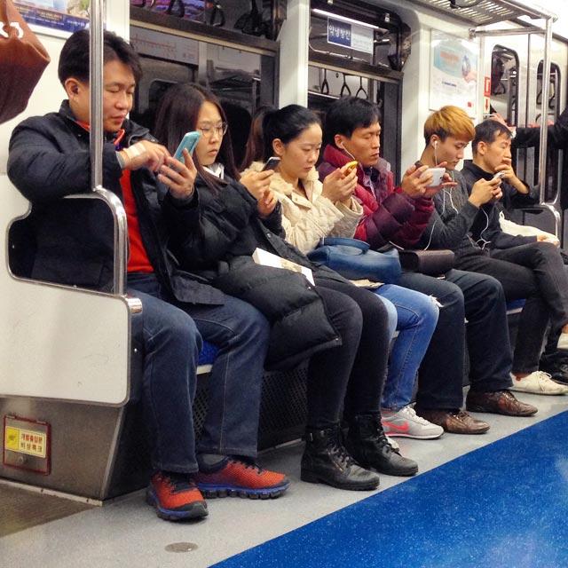 Seulenses com seus smartphones no metrô (via Instagram)