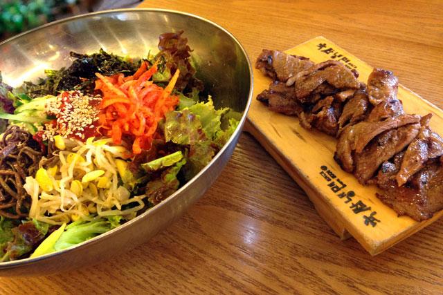 Arroz com salada de vegetais e carne bovina, no Yookssam Naengmyeon