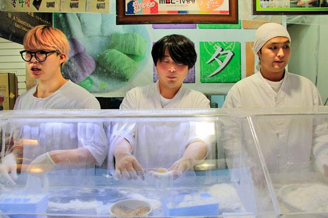 Doceiros preparam o kkultarae, na Insadong-gil, em Insa-dong