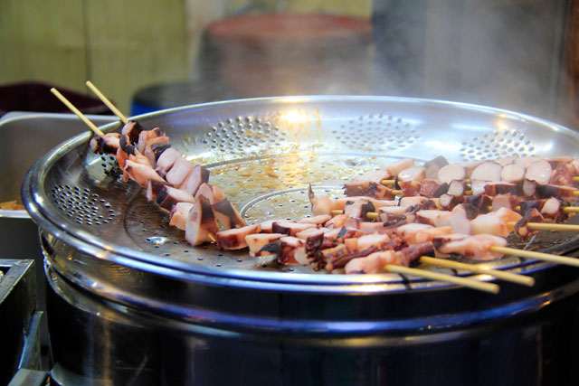 Espetinho de tentáculo de polvo, servido na Insadong-gil, em Insa-dong