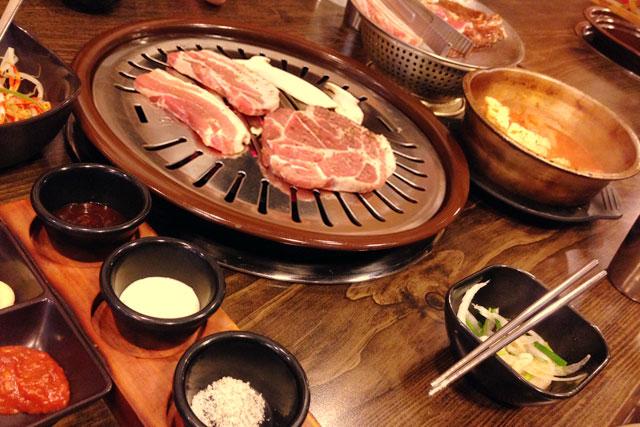 Bulgogi servido em restaurante de Sinchon-dong