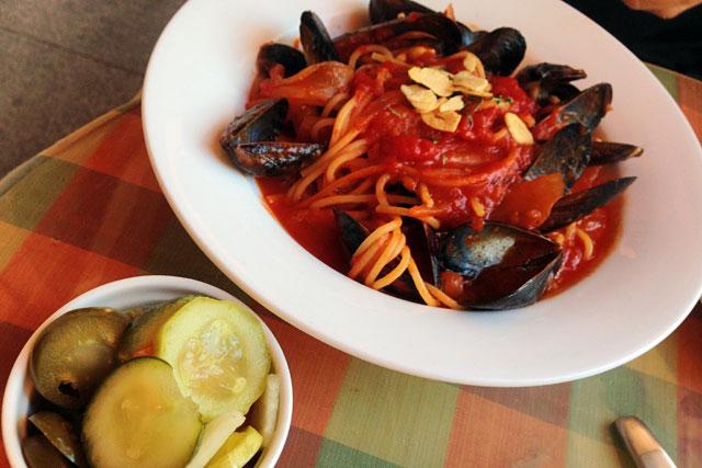 Espaguete com molho de tomate e ostra servido no Goshen, em Samcheondong