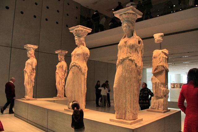 Esculturas originais das cariátides do Erecteion, no Novo Museu da Acrópole