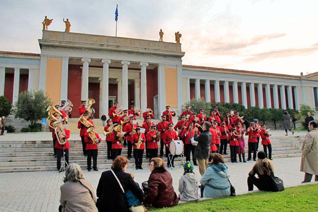 Banda toca diante do Museu Arqueológico de Atenas