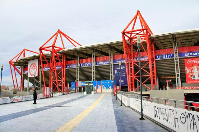 Estádio Karaiskaki, de frente para a estação Faliro
