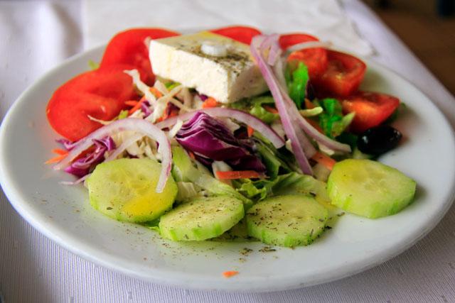 Salada grega servida em taverna da baía de Mikrolimano