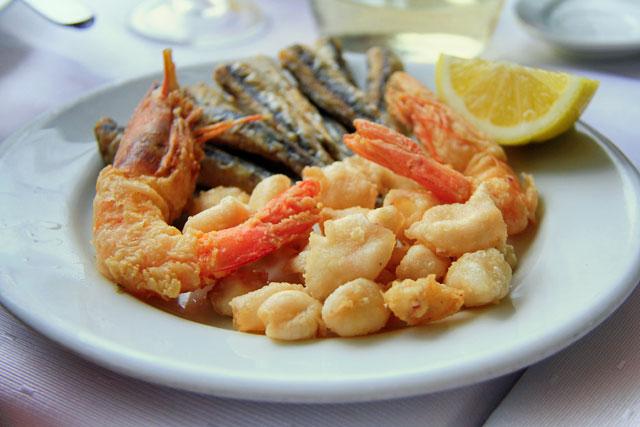 Porção de camarão, lula e sardinhas servida em taverna da baía de Mikrolimano