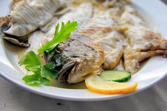 Peixe servido em taverna da baía de Mikrolimano