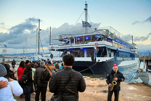 Embarcação da empresa Athens One Day Cruise, em Pireu