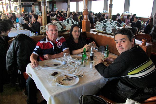 Meus pais e o Élcio após almoço no barco
