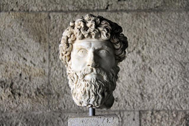 Estátua demonstra um rosto típico do século 2 a.C., no Museu da Ágora Antiga