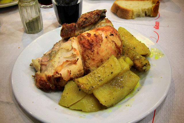 Frango com batatas servido no To Kati Allo
