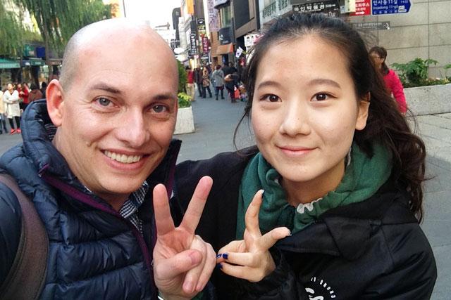 Eu e estudante universitária, na Insadong-gil, em Insa-dong