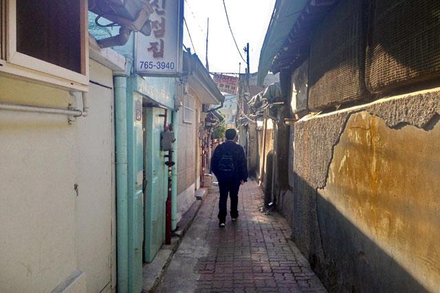 Caminhando pelos becos apertados de Ikseon-dong