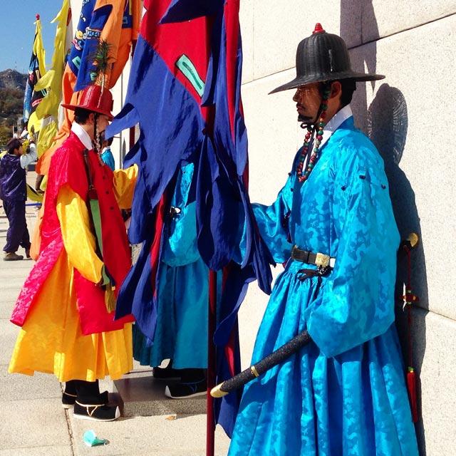 Soldados da Sumunjang, a guarda do Palácio Gyeongbokgung (via Instagram)