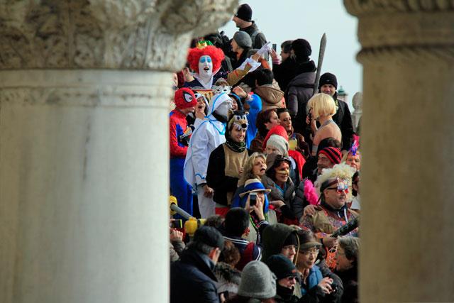 Movimento de foliões na Riva degli Schiavoni, em Veneza