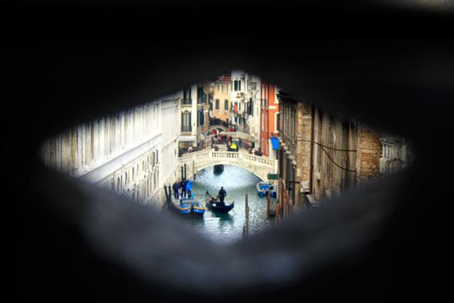 Rio de Palazzo e de Canonica visto de dentro da Ponte dei Sospiri