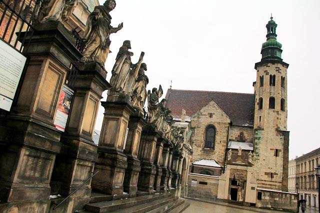 Estátuas dos 12 apóstolos da Igreja de São Pedro e São Paulo. Igreja de Santo André ao fundo
