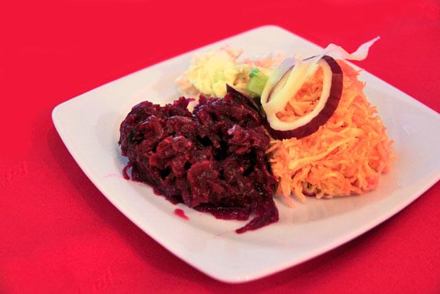 Salada de legumes e vegetais servida no U Czarnego