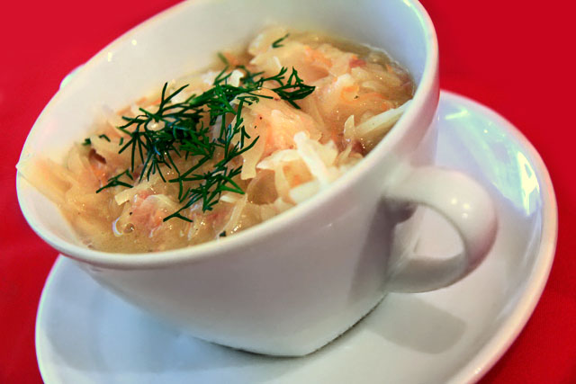 Sopa de vegetais servida no U Czarnego