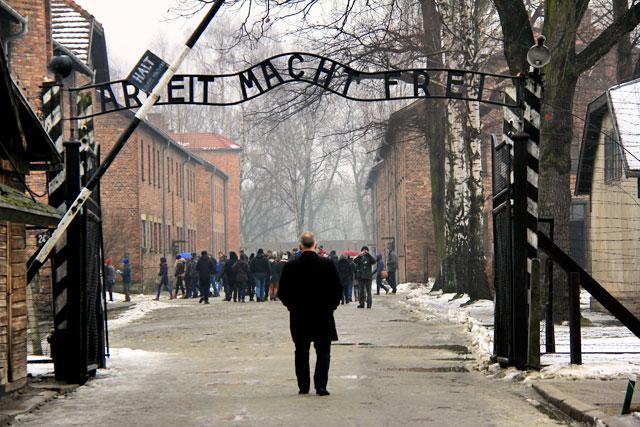 """A frase """"Arbeit Macht Frei"""", no portão da entrada principal de Auschwitz I"""
