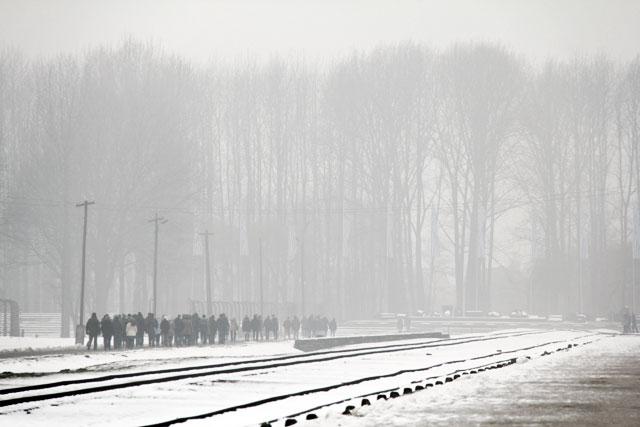 Visitantes seguem em direção às ruínas das câmaras de gás, em Auschwitz II