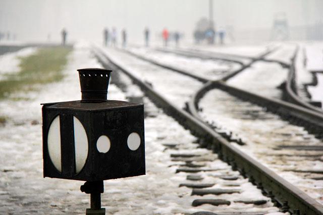 Trilho de trem próximo à entrada de Auschwitz II