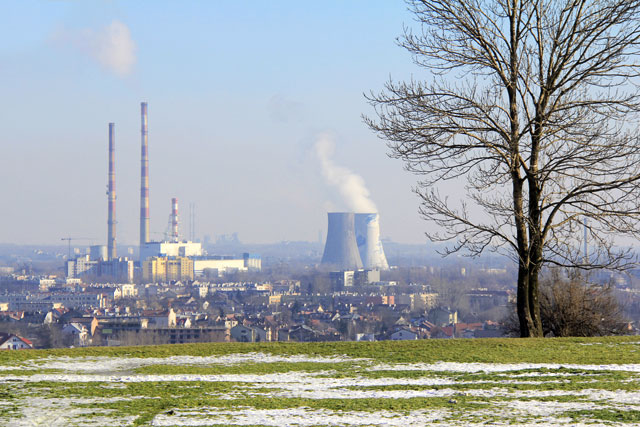 Cracóvia vista da base do Monte Krakus. Destaque para as chaminés da Elektrociepłownia Kraków