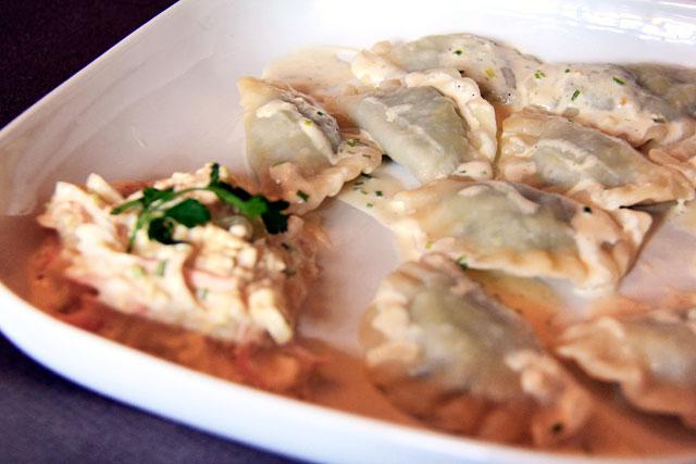 Pierogi recheados com frango, espinafre, muçarela e molho de alho