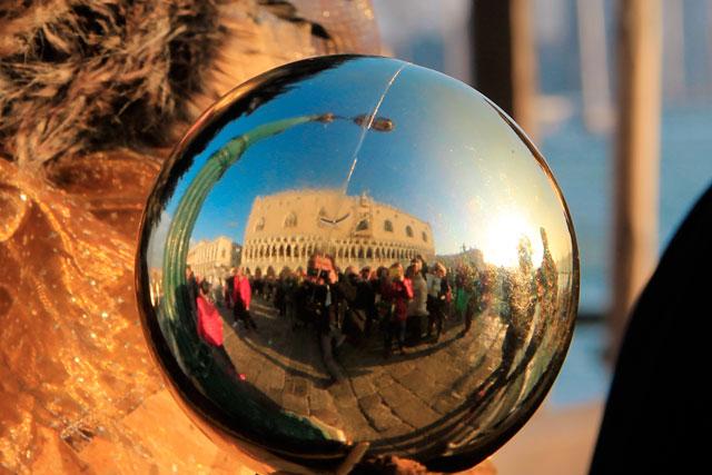 No detalhe da alegoria de uma foliona, turistas se amontoam por uma fotografia, na Riva degli Schiavoni
