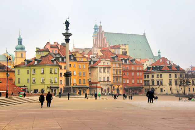 Praça do Castelo, na Cidade Velha. No lado esquerdo está Coluna de Sigismundo (kolumna Zygmunta III Wazy)