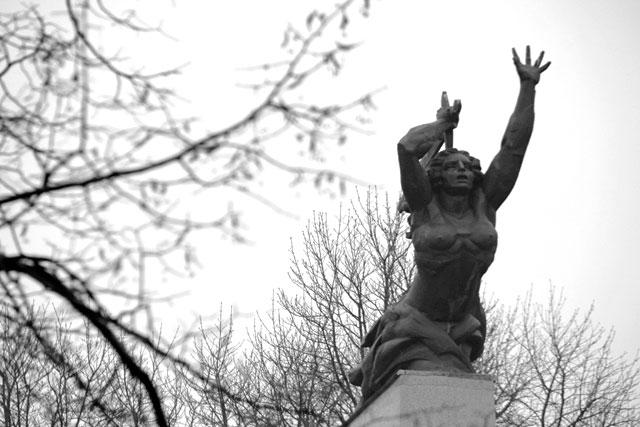 Monumento aos Herois de Varsóvia (Pomnik Bohaterów Warszawy), no início da Avenida Solidarności