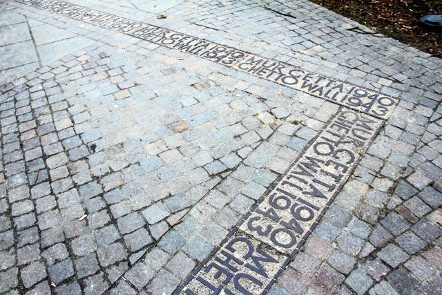 Memorial que demarca a linha do muro do extinto Gueto de Varsóvia