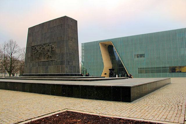 Monumento aos Heróis do Gueto (Pomnik Bohaterów Getta). Museu da História dos Judeus Poloneses ao fundo