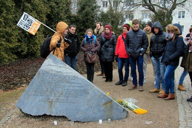 Pedra contendo o nome dos 51 judeus mortos no bunker, no Miła 18