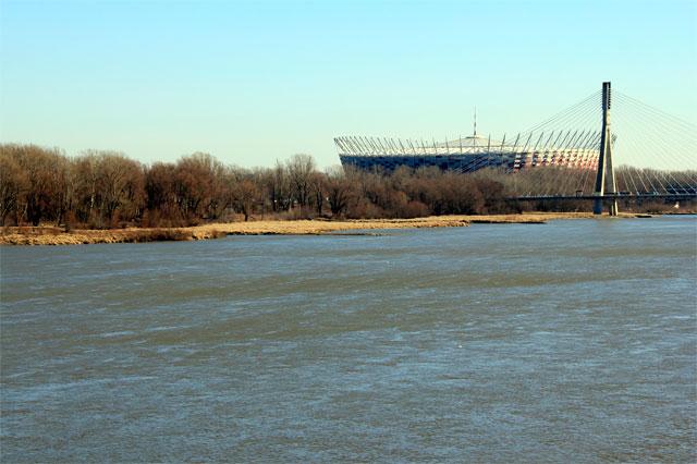 Rio Vístula visto da ponte Śląsko-Dąbrowski. Estádio PGE Narodowy ao fundo