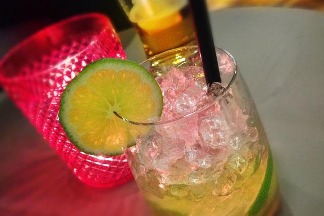 Caipirinha servida em bar da Nowy Świat