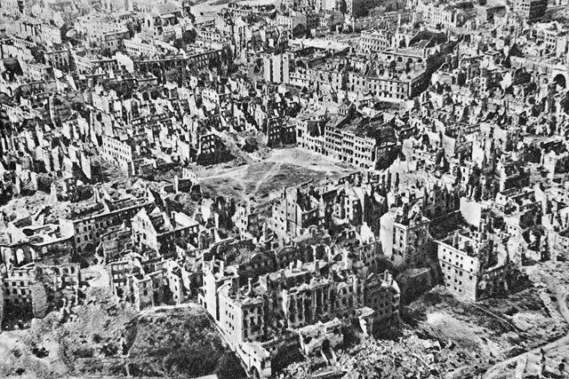 Cidade Velha em ruínas, em dezembro de 1944. Foto: Agência Polonesa de Imprensa