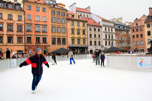 Ringue de patinação montado na Praça do Mercado da Cidade Velha (Rynek Starego Miasta)