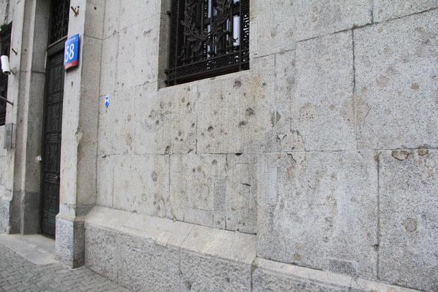 Marcas da guerra no edifício do Tribunal de Justiça, na Av. Solidarności, 58