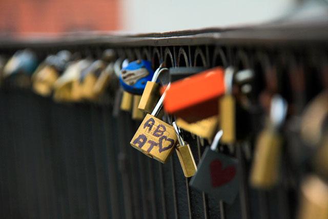 Cadeados pendurados na balaustrada do deck de observação da colina Gnonja