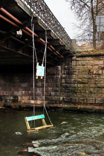 Balanço suspenso em ponte sobre o Rio Vilnia, em Užupis