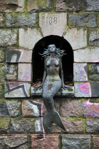 Escultura da Pequena Sereia, em Užupis