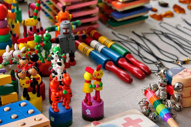 Brinquedos de madeira vendidos em feira da Rua Pilies