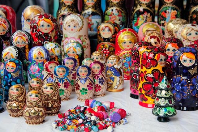 Matrioscas vendidas em feira da Rua Pilies