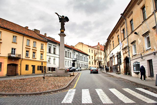 Escultura do Anjo de Užupis (Užupis angelas), no distrito de Užupis
